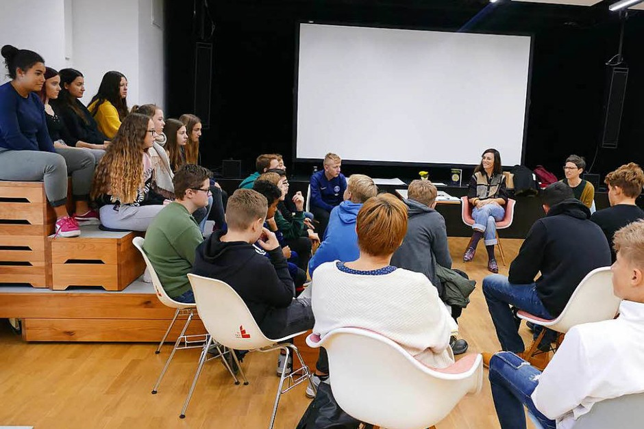 Die Klasse ist da. Die Autorin María Cecilia Barbetta begrüßt und stellt sich vor. (Foto: Stephanie Streif)