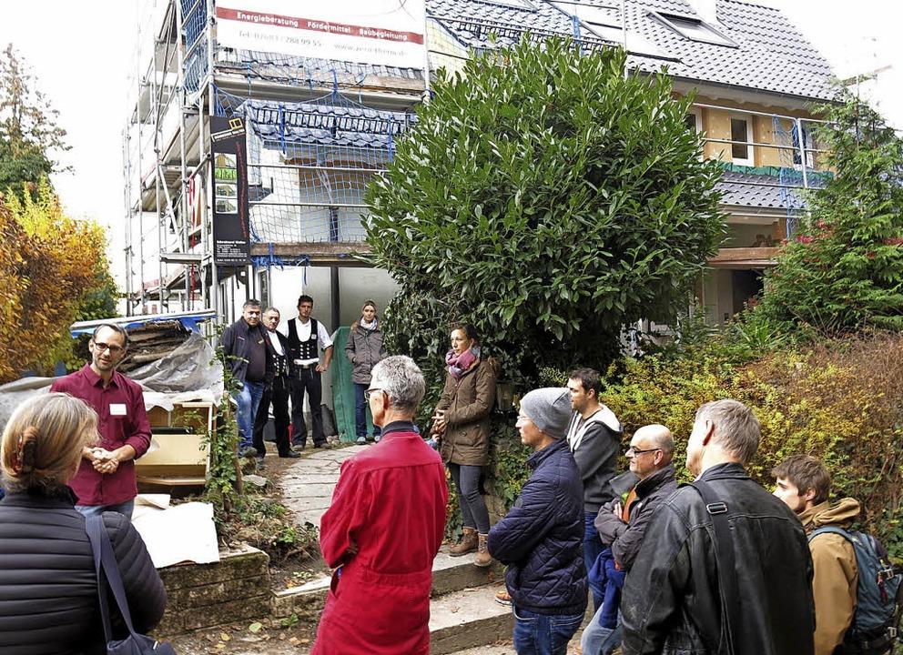 Führung durch Baustelle eines Sanierun...t und Klimaschutzmanager Armin Bobsien  | Foto: Georg Voß