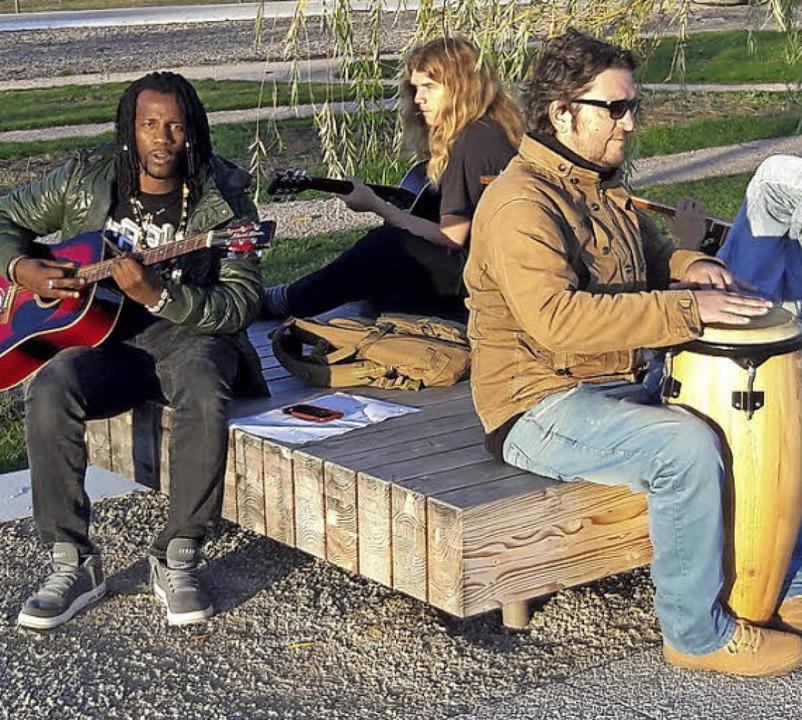 Eine Momentaufnahme am Sonntag: Junge Männer machen im Seepark Musik.     Foto: C. Kramberg