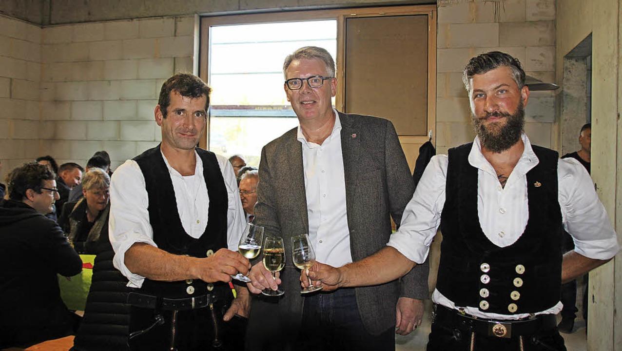 Bürgermeister Christian Riesterer (Mitte) lobte das Engagement der  Handwerker.   | Foto: Mario Schöneberg