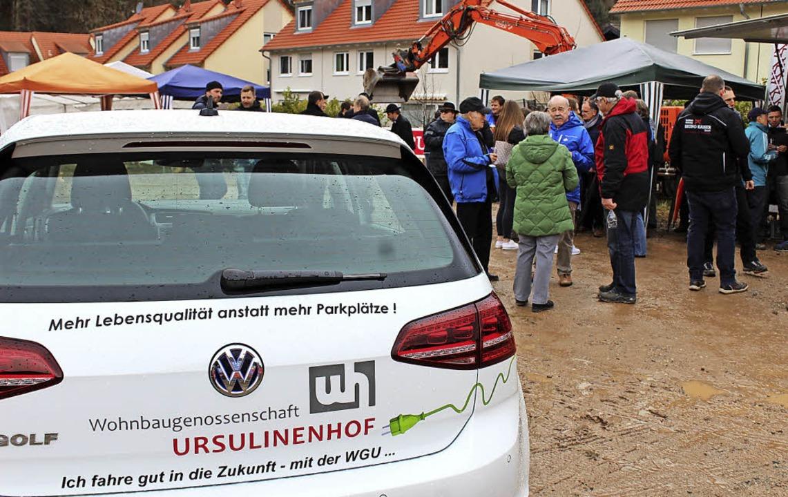 Mit dem E-Golf der Wohnbaugenossenscha...in Grundstein zur E-Mobilität gelegt.   | Foto: Krieger