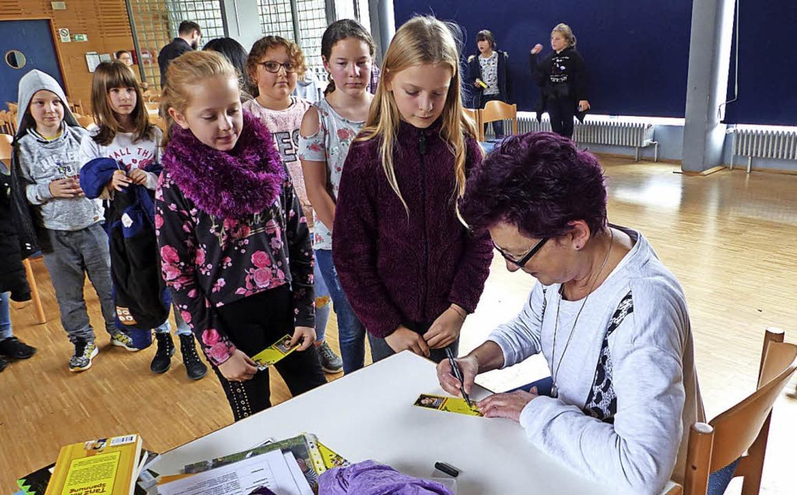 Judith le Huray gibt den Schülern Autogramme.   | Foto: Bachmann-Goronzy