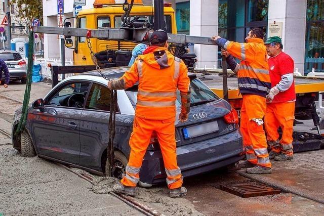 Autofahrer übersieht Baustelle und gerät in frischen Beton