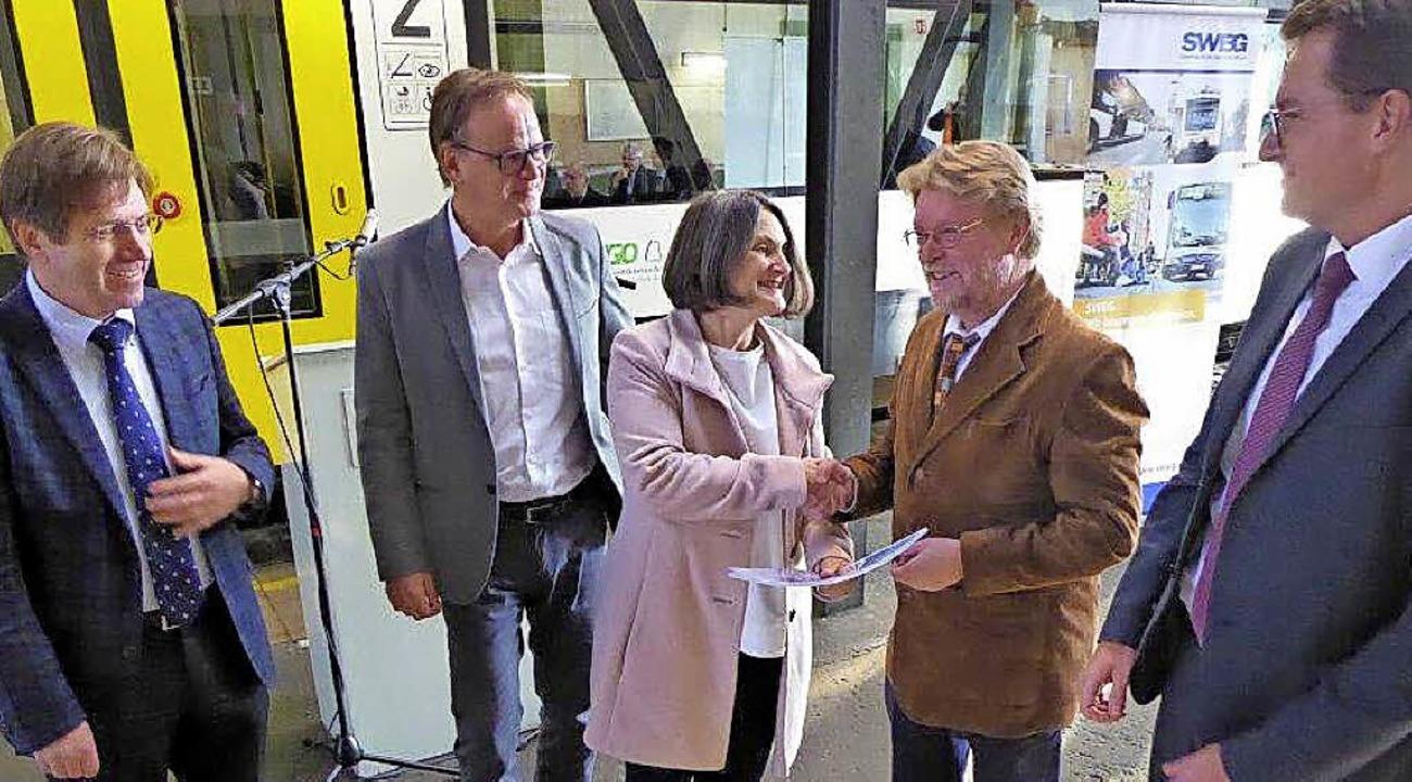 Regierungspräsidentin Bärbel Schäfer ü...nde Johannes Müller und Tobias Harms.   | Foto: Seller