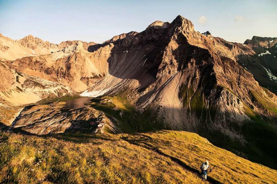 Bei der Alpenüberquerung genießen die ...Abendstimmung auf der Memminger Hütte.  | Foto: PR / ASI