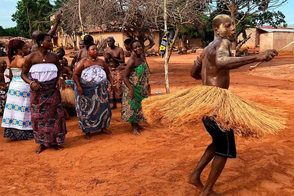 Voodoo-Zeremonie in Sanguéra:Ein Priester tanzt in seinem geweihten Strohrock rastlos umher. (Foto: dpa-tmn)