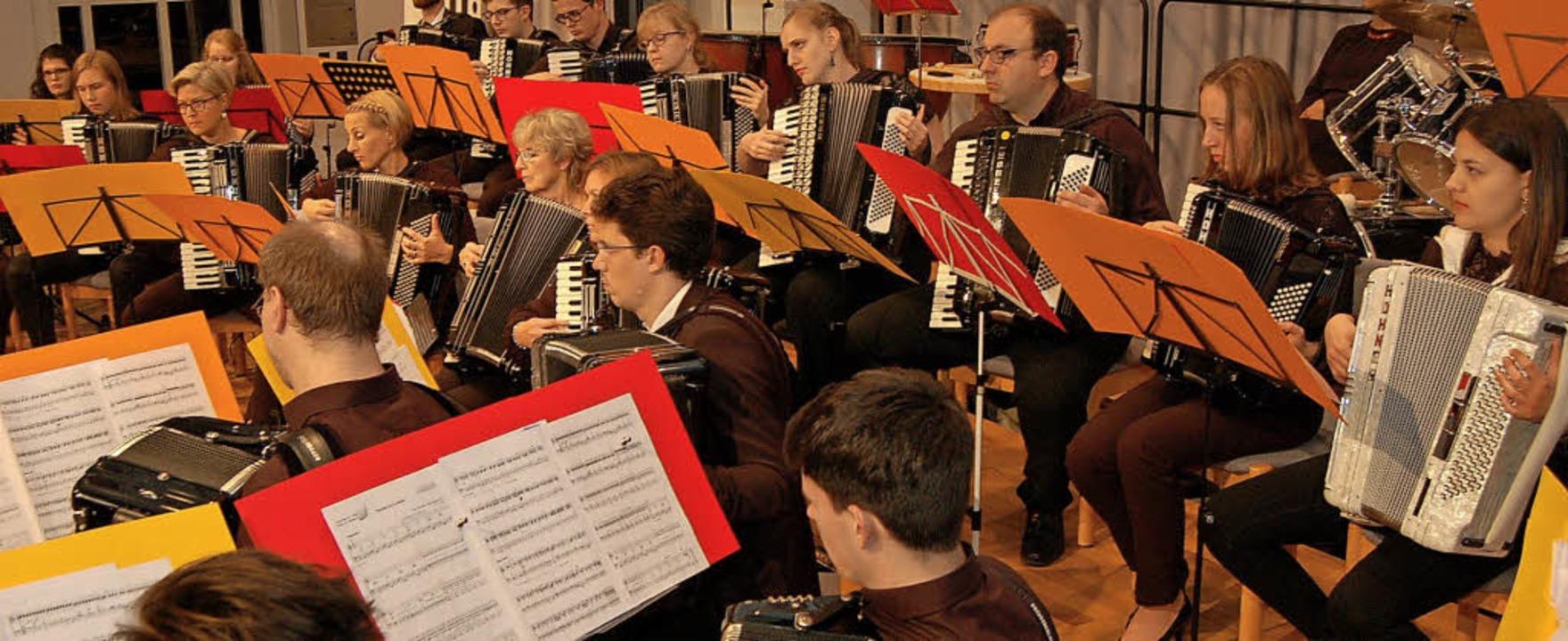 Das Konzertorchester beim Auftritt in der Steinhalle.     Foto: Christian Ringwald