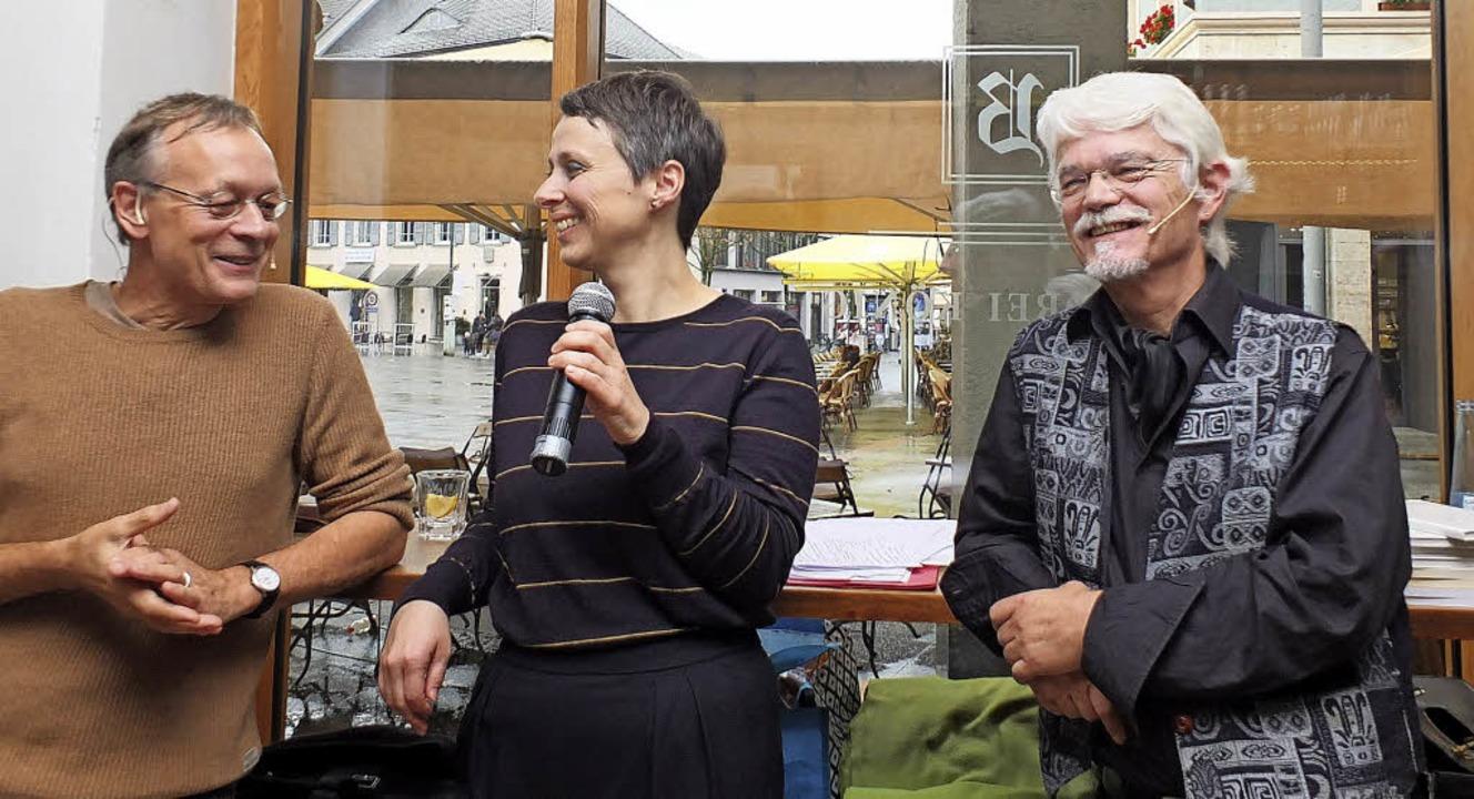 Walle Sayer (links), Claudia Gabler, Markus Manfred Jung in der Bar Drei König  | Foto: Martina David-Wenk