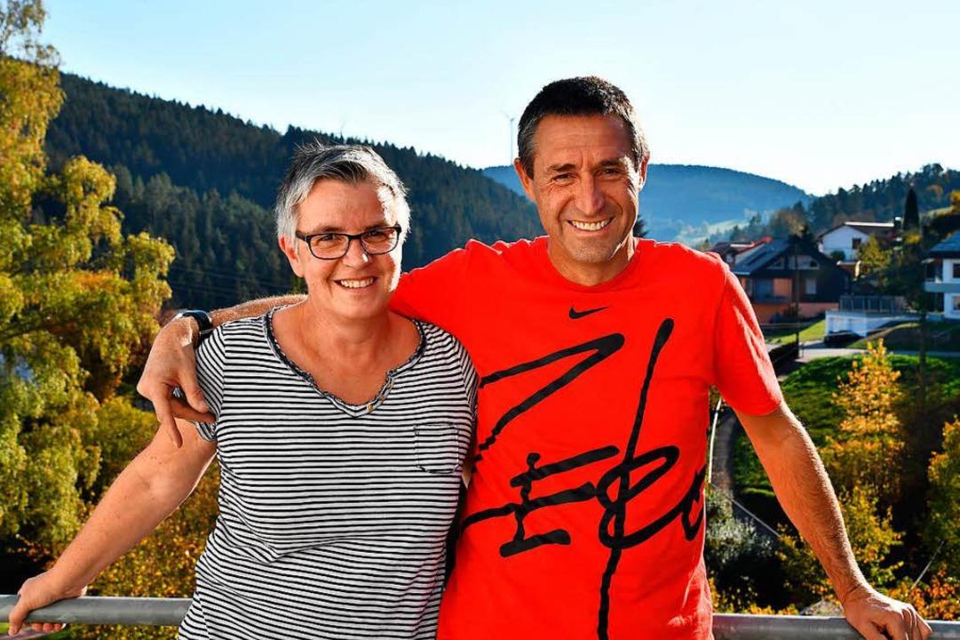 Andrea und Eckhard Günter auf ihrem Balkon in Tennenbronn  | Foto: Achim Keller
