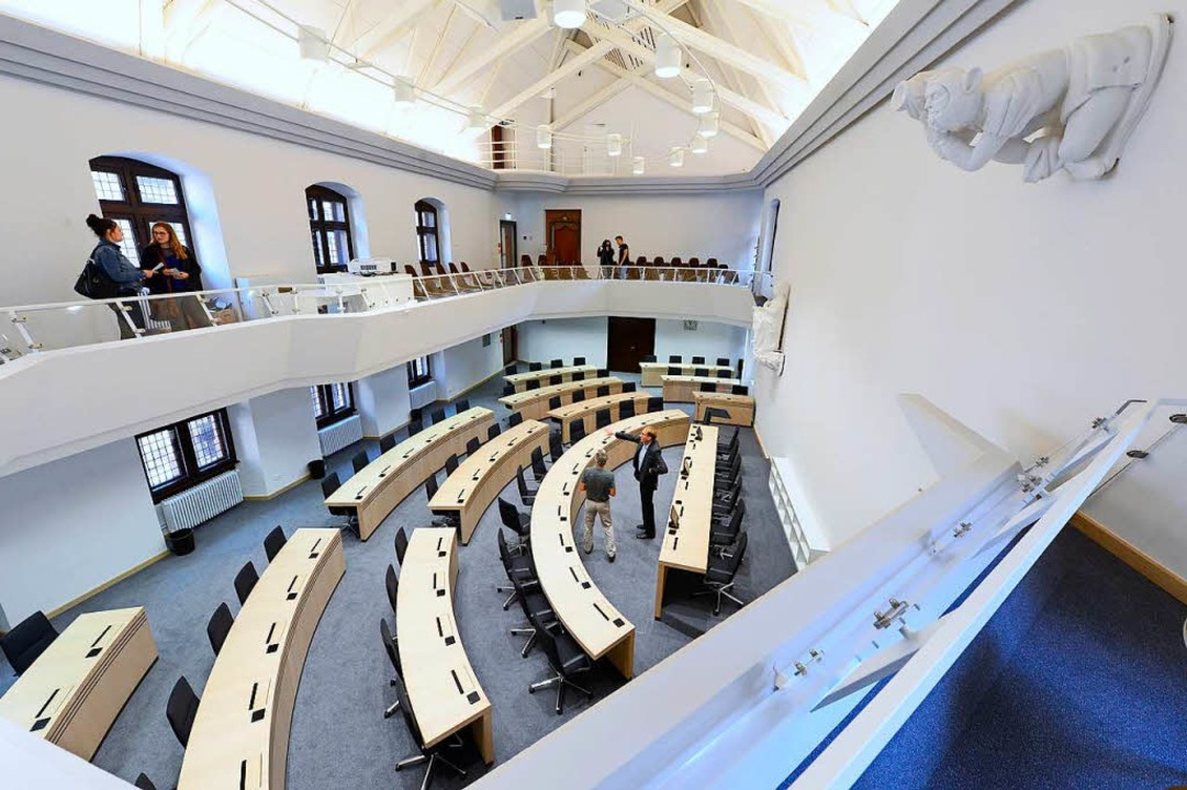 Der Freiburger Ratssaal bietet 48 Stadträtinnen und Stadträte Platz.   | Foto: Ingo Schneider