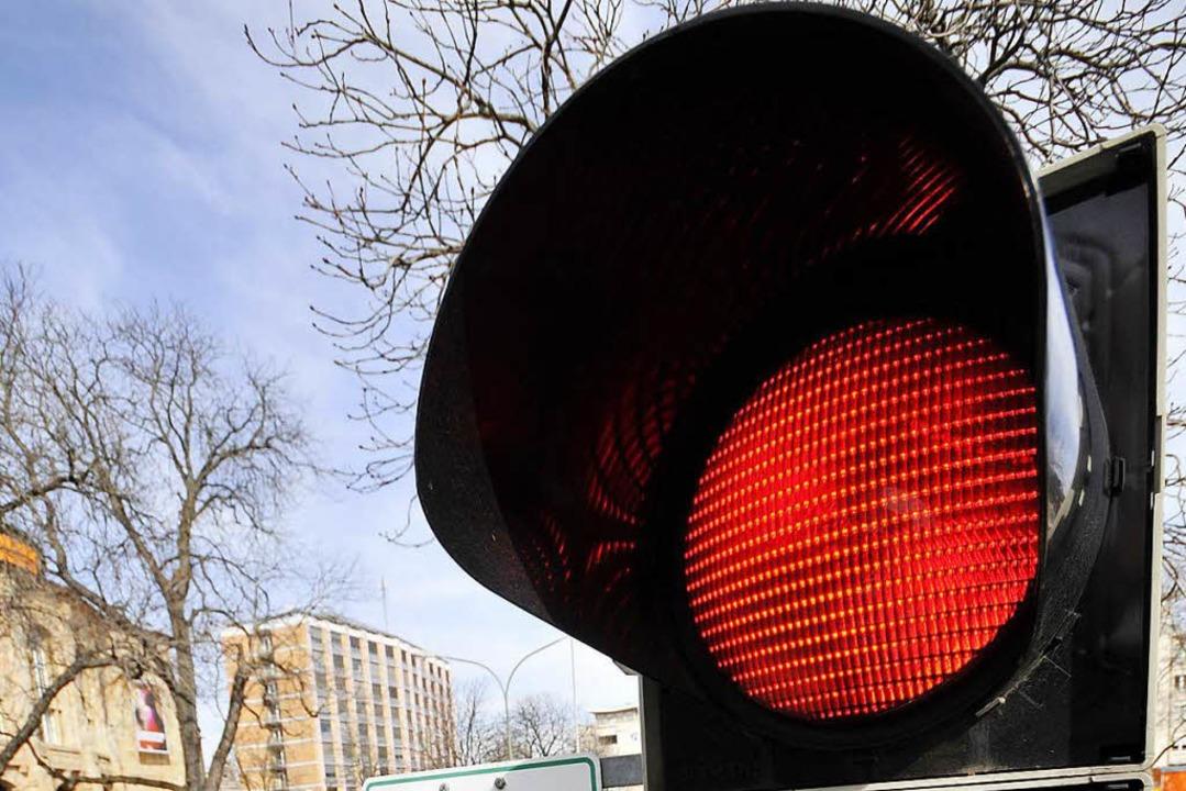 Vermutlich hat eine Autofahrerin das Rotlicht der Ampel übersehen (Symbolfoto).   | Foto: Ingo schneider