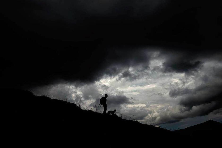 Der Schäfer Gaetan Meme verbringt den Sommer von Juni bis Oktober mit seiner Herde in den französischen Alpen nahe des Col du Glandon. (Foto: AFP)