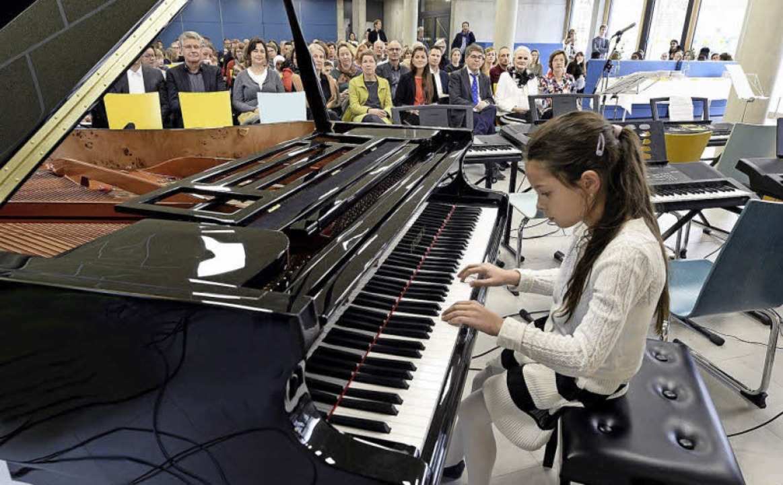 Drittklässlerin Anna Plotkina spielte beim Einweihungsfest.  | Foto: Thomas Kunz
