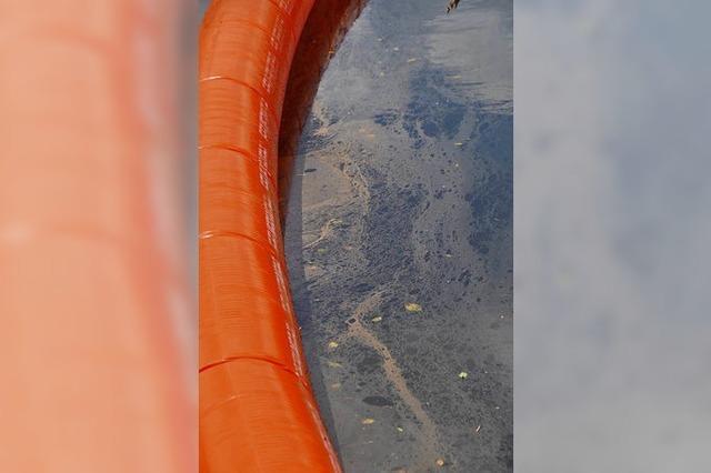 Öl fließt aus Rohr in die Elz – Feuerwehr baut Ölsperren auf