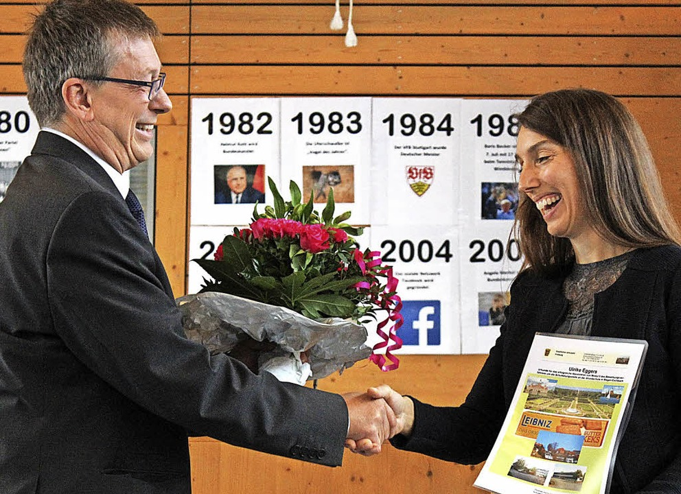Sprengelschulrat Rainer Beha überreich...erin Ulrike Eggers Blumen und Urkunde.  | Foto: Erich Krieger
