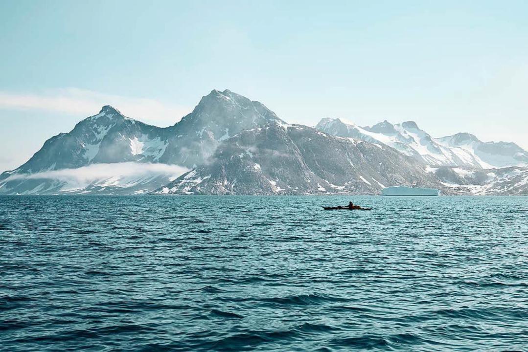 Vor grandioser Kulisse: Robert Jasper in seinem Kajak im Tasilaq Fjord  | Foto: Frank Kretschmann