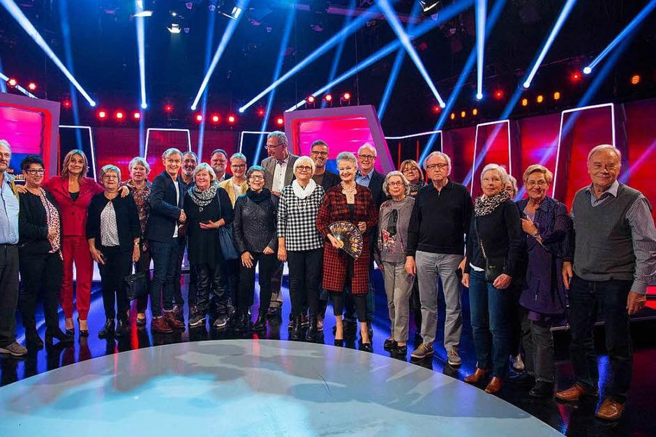 Die glücklichen Gewinner der BZ-Card-Verlosungsaktion zusammen mit Moderator Michael Antwerpes (Zehnter von rechts) und dem Rateteam (Foto: Thorsten Hein)