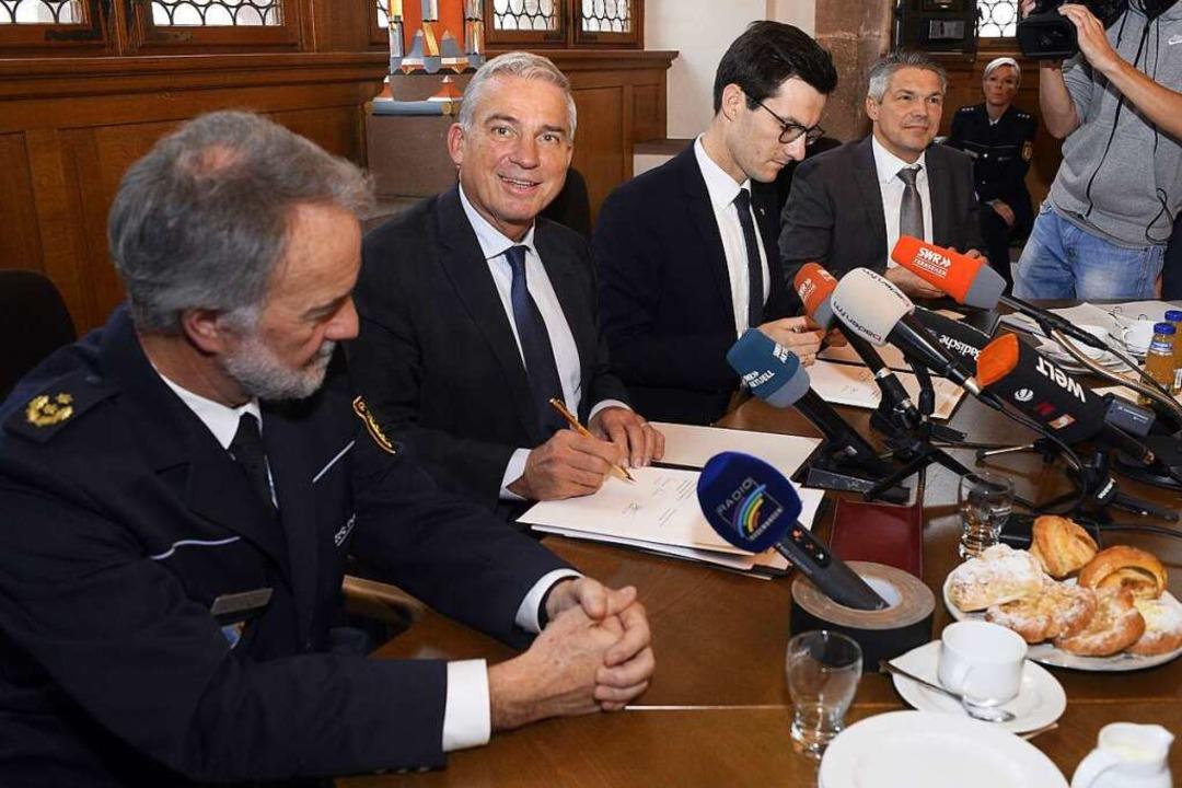 Polizeipräsident Bernhard Rotzinger, L...germeister Stefan Breiter (von links).  | Foto: Thomas Kunz