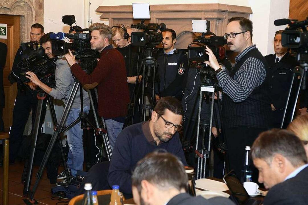 Der Andrang der Medien in der Gerichtslaube war groß.  | Foto: Thomas Kunz