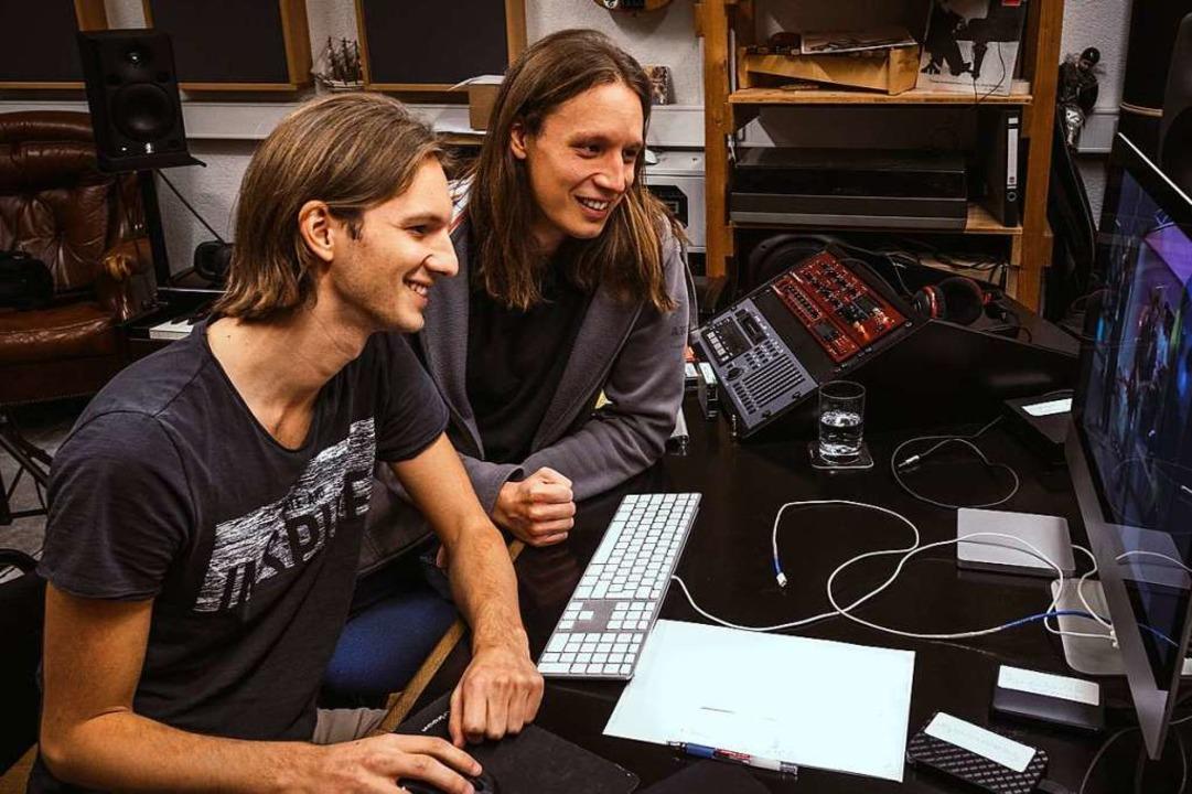 Maik und Pirmin Styrnol (von links) sichten Material für Scaramouche-Film  | Foto: Punchline Studio