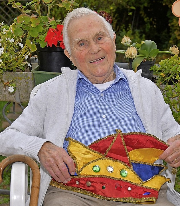 Richard Bäuerle mit der Narrenkappe in seinem geliebten Garten.  | Foto: Dieter Erggelet