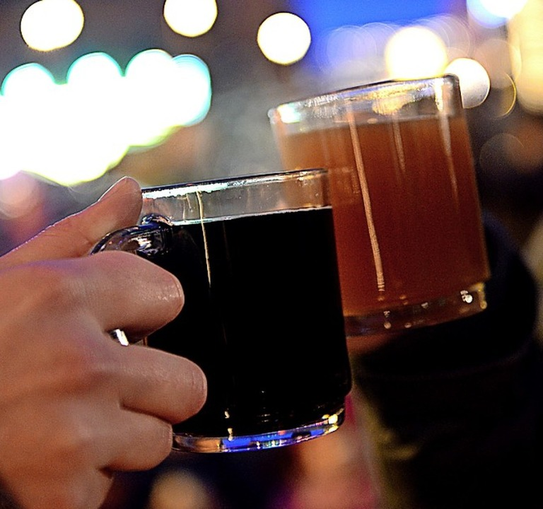Glühwein soll den Freiluft-Theaterbesuch im Advent deutlich erleichtern.   | Foto: dpa