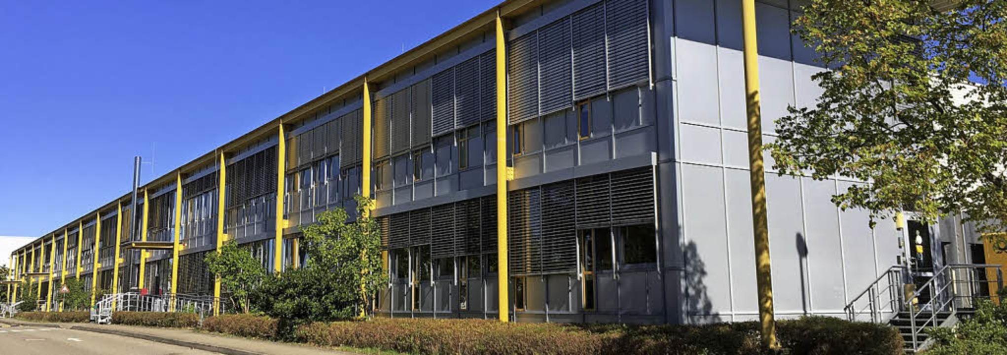 In der Betriebshalle, die fast so groß...und in Deutschland zugestellt werden.     Foto: Deutsche Post DHL
