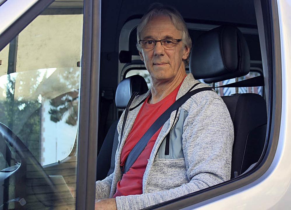 Siegfried Schneider ist einer der ehrenamtlicher Fahrer des Bürgerbusses.  | Foto: Nina Witwicki