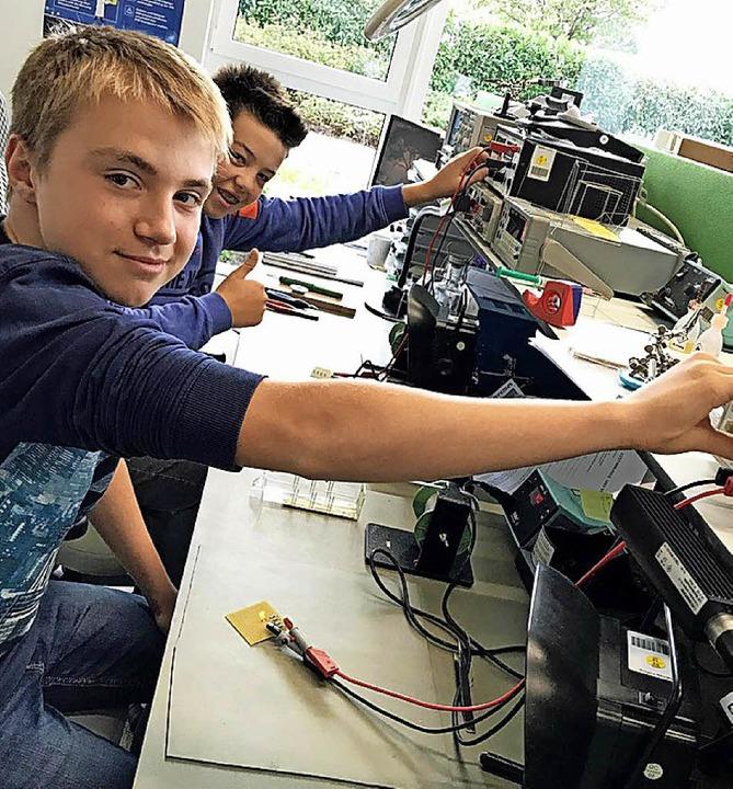 Matti Lickert (links) und Manuel Faller machten erste Geräteerfahrung bei FSM.  | Foto: FSM