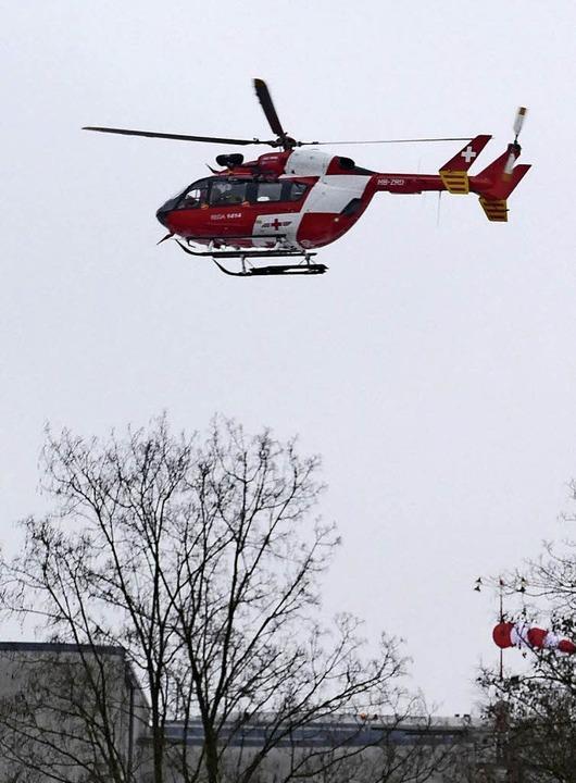 Ein Rettungshubschrauber der Schweizer...iegt das Kreiskrankenhaus Lörrach an.     Foto: Peter Gerigk