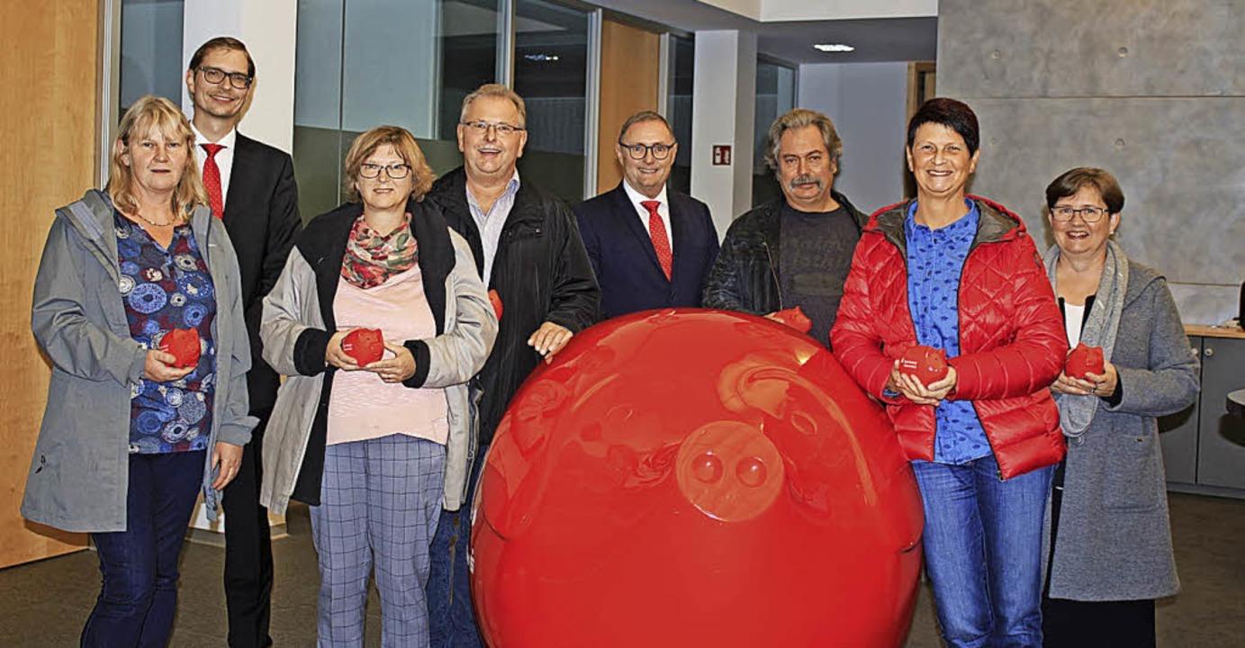 <BZ-FotoAnlauf>Sparkasse:</BZ-FotoAnla...roll und Barbara Bartsch (von links).   | Foto: Anja Bertsch