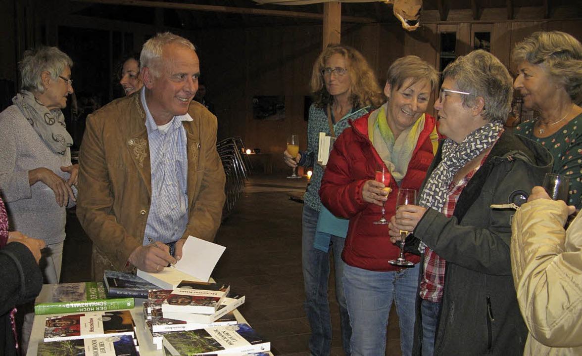 Roland Weis signiert nach der Lesung etliche Bücher.  | Foto: Ulrike Spiegelhalter