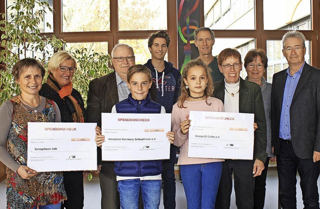 Freudige Gesichter gab es am Freitag i...nd  Claudia Tatsch (Schulleiterin THG)  | Foto: Anja Bertsch