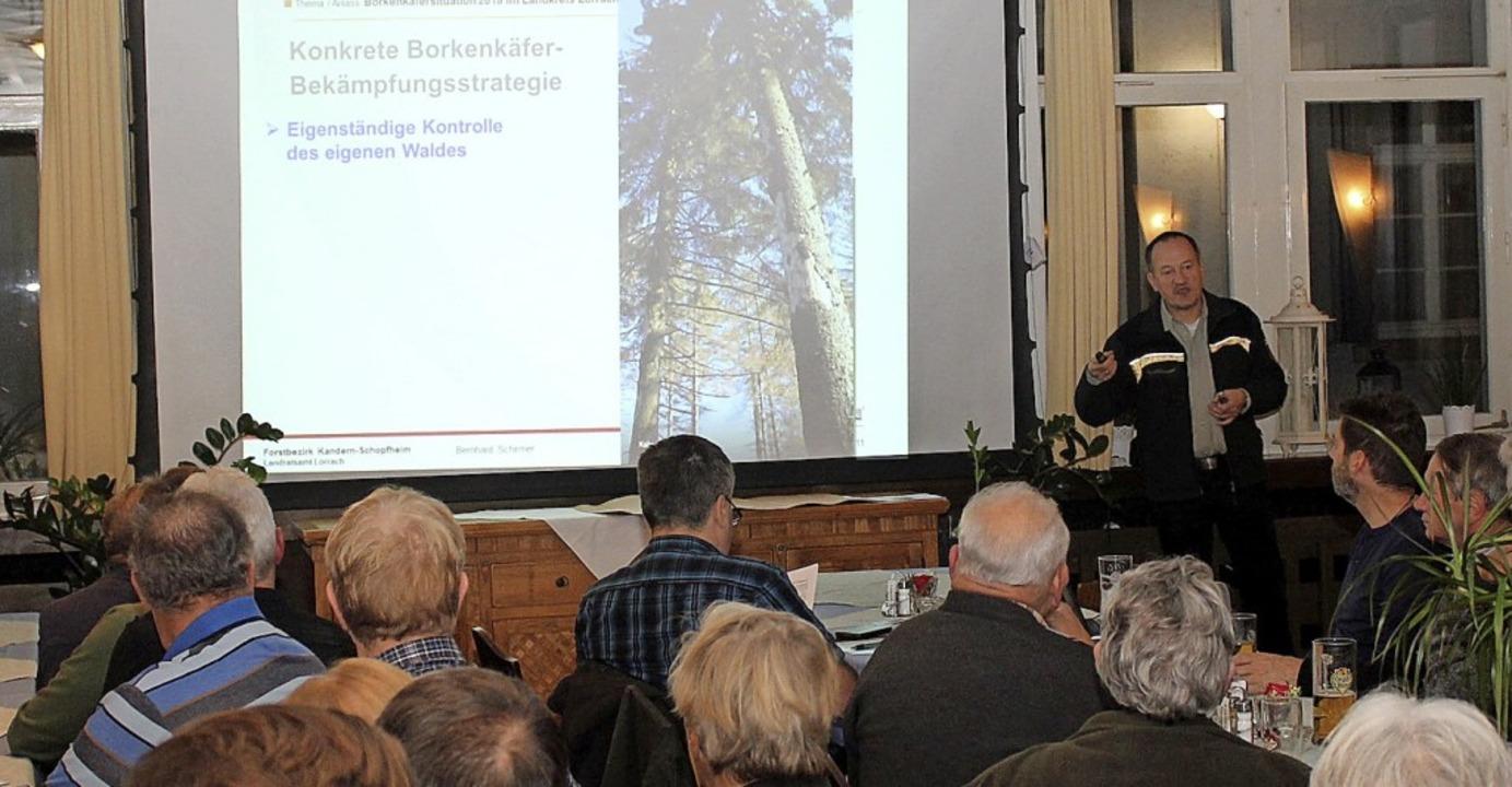 Vor  Privatwaldbesitzern referierte  F...kenkäferbefall und dessen Bekämpfung.   | Foto: Cremer