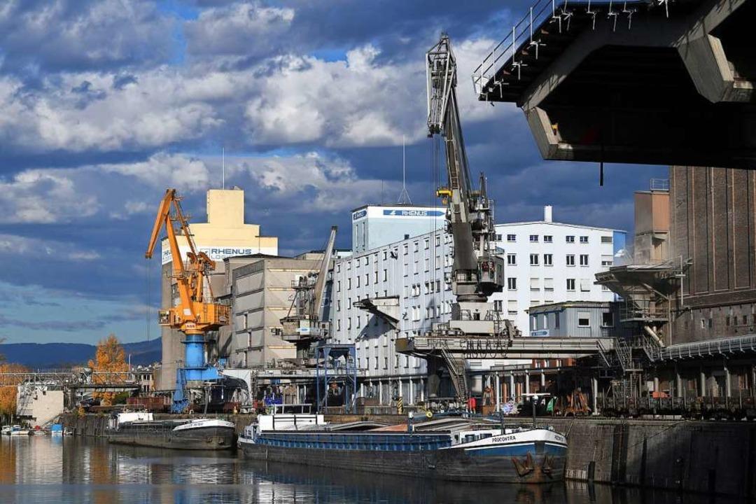 Nur zwei Schiffe dümpeln im Hafenbecken.  | Foto: Juri Junkov