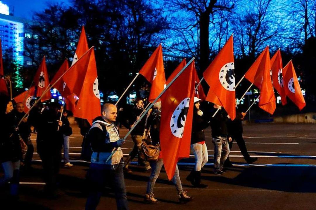 Anti-Merkel-Demonstranten trugen Fahne...r in der Mitte ein Euro-Zeichen haben.  | Foto: AFP