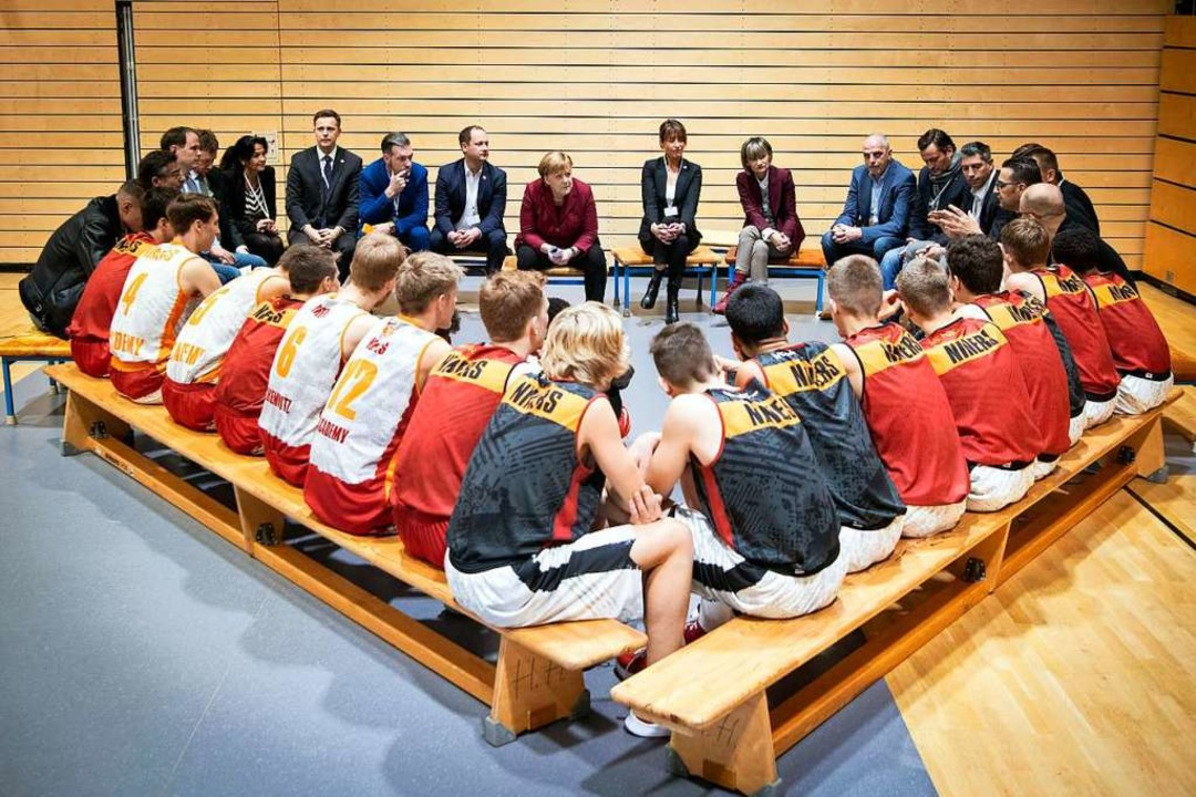 Diskussion mit den Nachwuchssportlern in der Turnhalle  | Foto: dpa