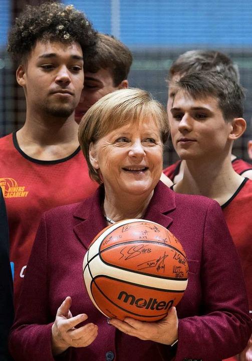 Kanzlerin Merkel beim Training des Nac...sketball-Zweitligisten Niners Chemnitz  | Foto: dpa