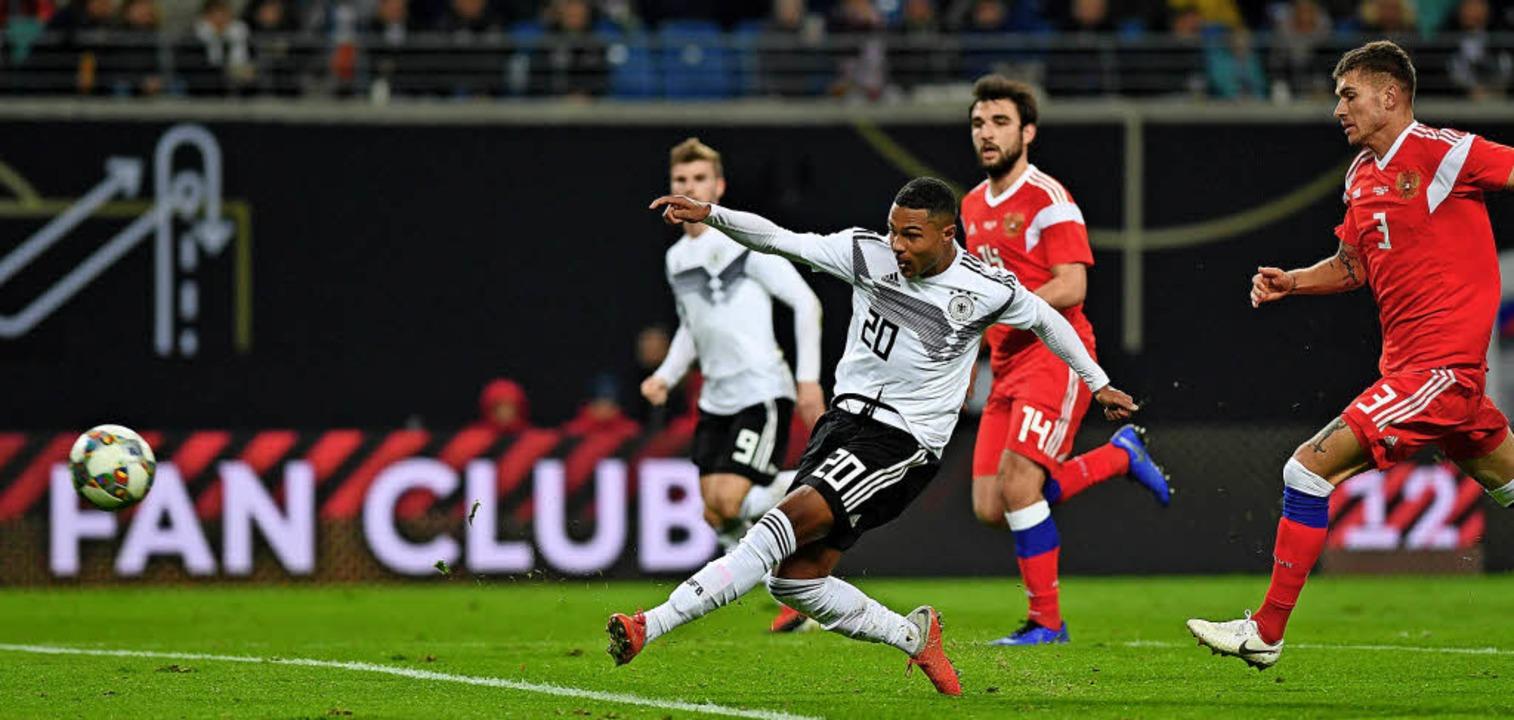 Serge Gnabry schießt die deutsche Nationalmannschaft zum 3:0 gegen Russland.     Foto: dpa