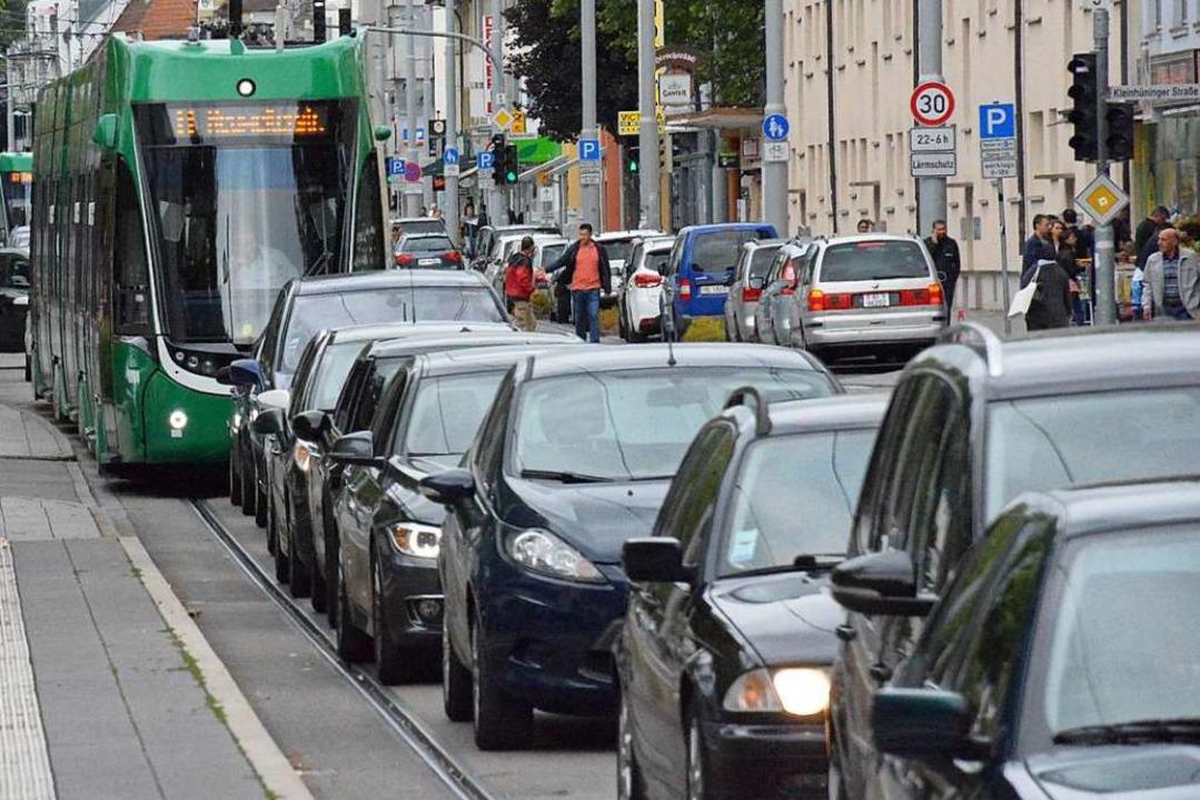 Das soll's nicht geben: Tram im Stau  | Foto: Hannes Lauber