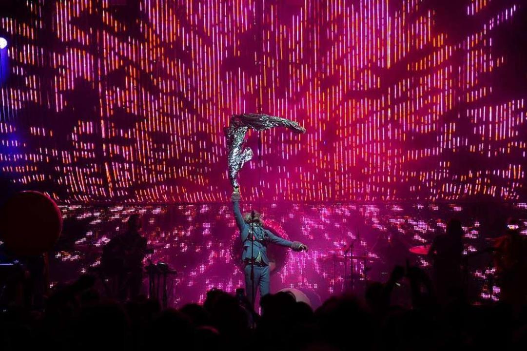 Wayne Coyne, Sänger der Flaming Lips, im rastlosen Einsatz vor der LED-Wand  | Foto: Simon Langemann