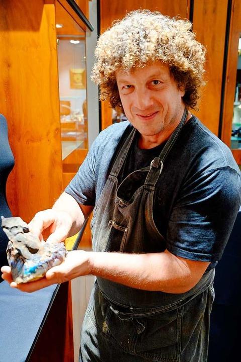 Andreas Alsen mit einer Opal-Knolle  | Foto: Martin Pfefferle