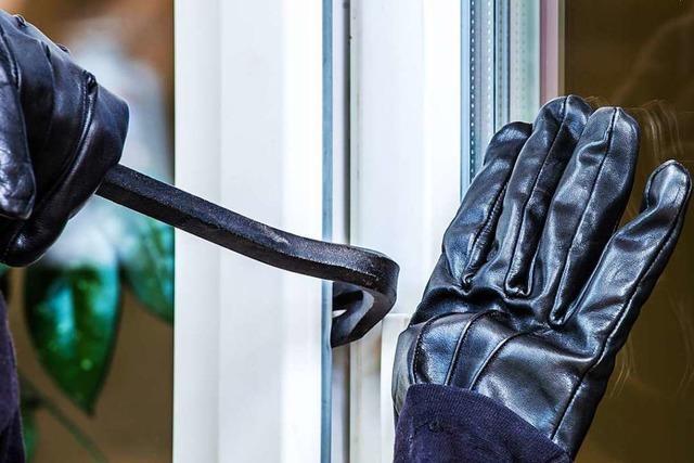 Einbrecher stehlen Schmuck aus einem Wohnhaus und hinterlassen Sachschaden