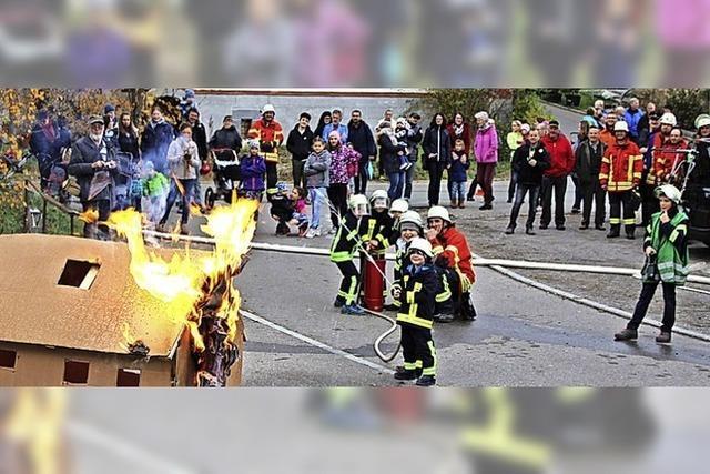 Ein Kartonhaus brennt – Kinderfeuerwehr Lausheim übt den Ernstfall
