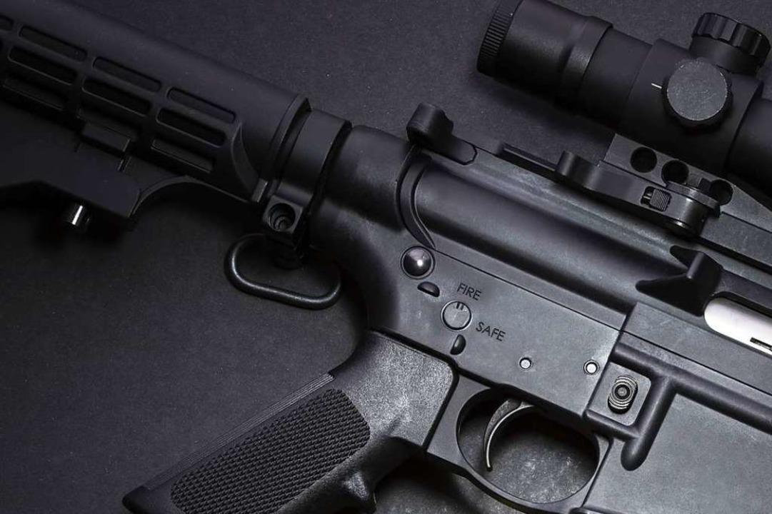 Ein Mann ist in Lörrach mit einem gesc...Spielzeuggewehr  handelt (Symbolfoto).  | Foto: stock.adobe.com