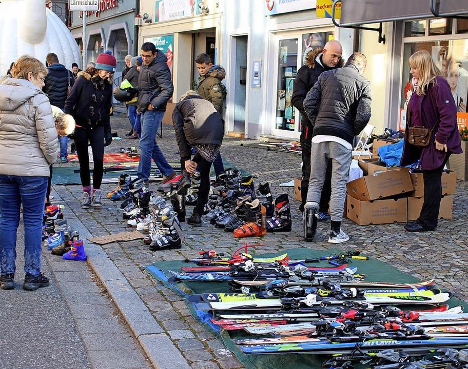 In der Lange Straße suchten Skier und Skischuhe neue Besitzer.  | Foto: Jana Fischer