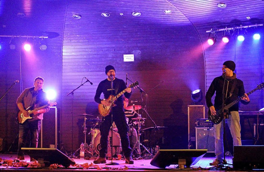 Die Band Eat the Beat auf der Bühne an der Schlettstadtallee.  | Foto: Jana Fischer