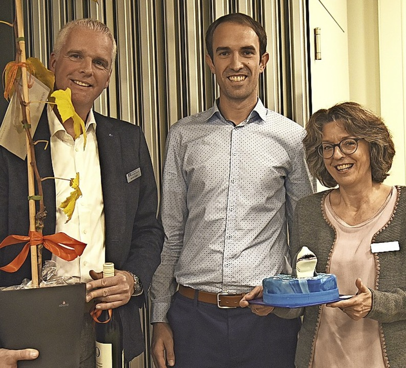 Projektleiter Johannes Kuhnt überreich...(links) und Susanne Fremmer Geschenke.  | Foto: Markus Zimmermann