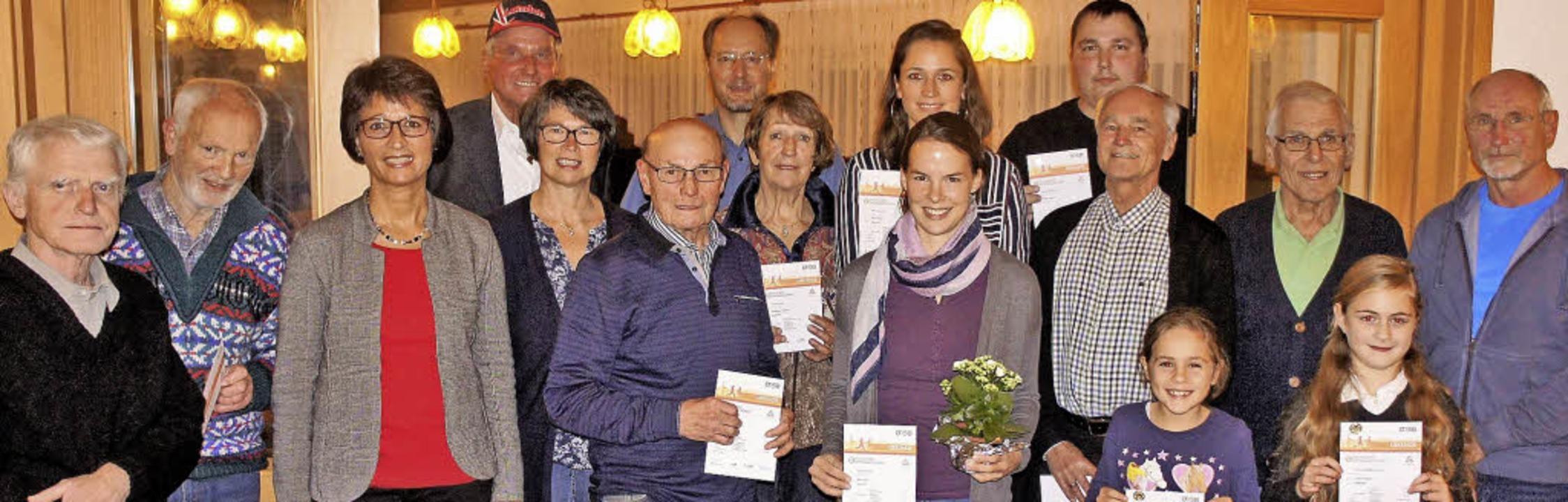 Die Organisatoren  Volkmar Krause (Vie...chmidt (1 Mal) und Trainer Werner Guy   | Foto: Reinhard Herbrig