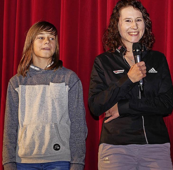 Ramona Straub (rechts) kürte das Publi...iger erhielt Luise Mattisseck (links).  | Foto: Eva Korinth